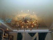 Двухуровневый потолок из гипрока и белого лакового натяжного потолка с люстрой