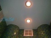 Классический белый лаковый потолок со встроенными светильниками