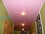 Лаковый (глянцевый) розовый натяжной потолок с потолочными светильниками в коридоре