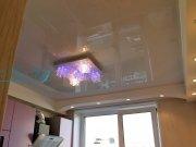 Лаковый натяжной потолок в составе многоуровневого потолка на кухне