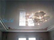 Многоуровневый потолок из лаковой и матовой фактуры с фотопечатью