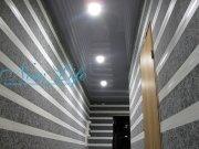 Серый лаковый (глянцевый) натяжной потолок со встроенными светильниками в коридоре