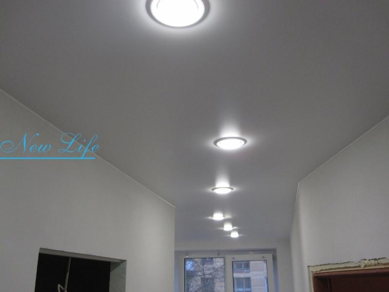 натяжные потолки с встроенными светильниками фото