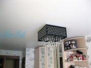 Матовый белый натяжной потолок  с потолочной люстрой  в спальне