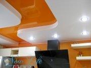 Яркий двухуровневый натяжной потолок на кухне, состоящий из лакового и сатинового полотен