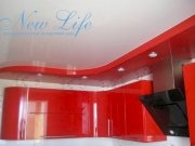 Двухуровневый лаковый потолок, выполненый в тон кухни