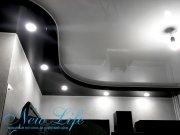 дизайнерский двухуровневый глянцевый потолок на кухне