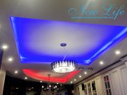 двухуровневая конструкция с LED подсветкой и люстрами в цетре каждой части