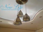 Двухуровневый натяжной потолок декорирован контрастной шоколадного цвета лентой по периметру