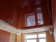 Двухуровневый натяжной потолок из белой матовой  и цветной лаковой фактуры в команте