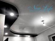 сочетание белой и чёрных лаковых фактур в двухуровневом потолке