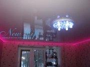 Светодиодная подсветка (LED) по периметру белого лакового потолка в команте, светодиодная RGB лента, цвет свечения на фото красный